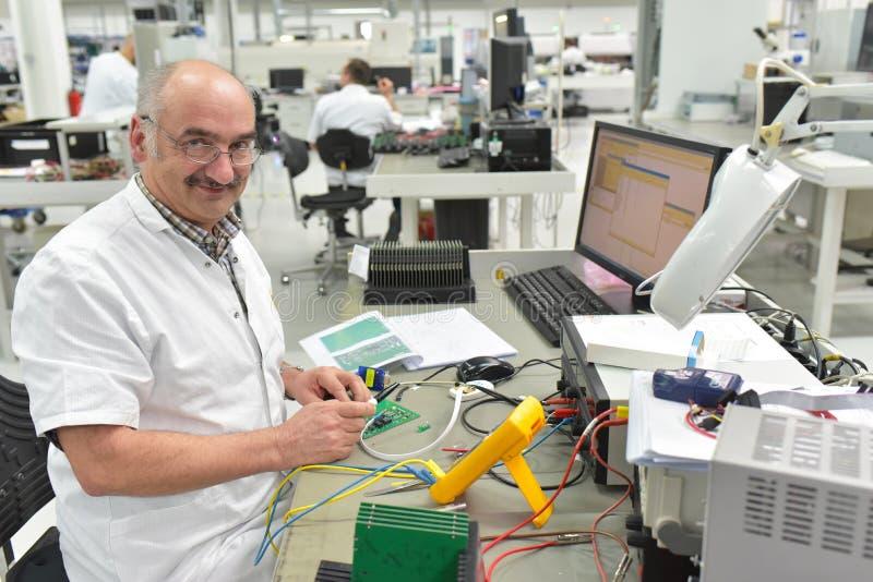Industriell fabrik för enhet av äldre microelectronics -, fri arkivfoto