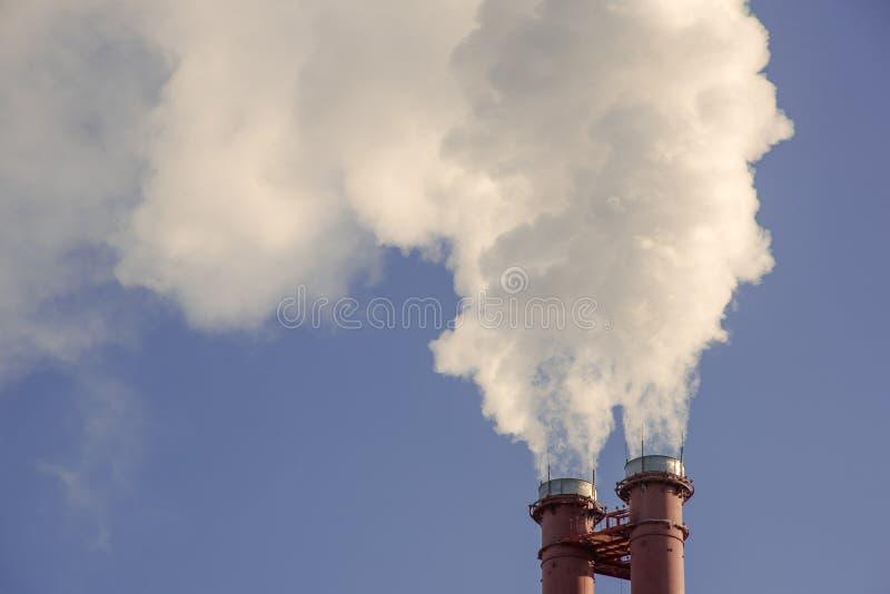 Industriell fabriksrörrök royaltyfria foton