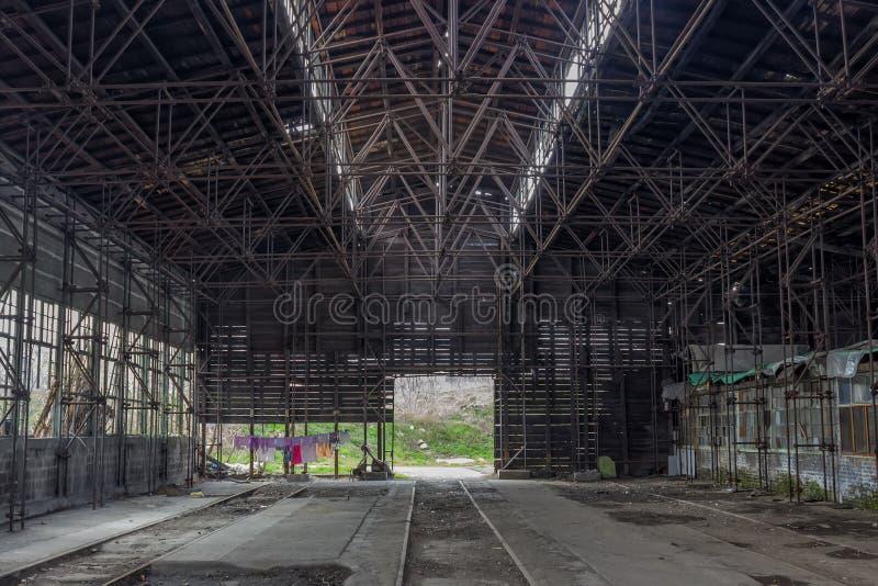 Industriell inre av en gammal drevreparationsstation arkivfoto