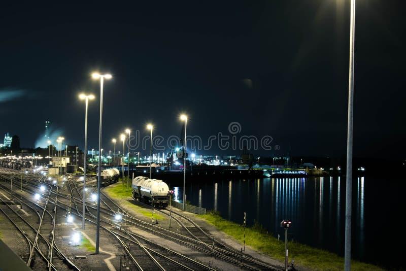 Industriell järnväg med waggons fotografering för bildbyråer