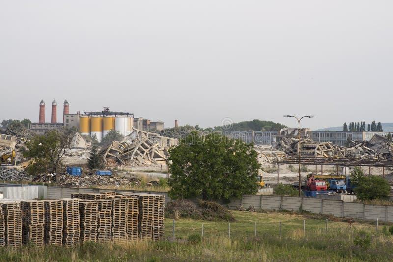 Industriell konkret byggnad för Prostejov tjeckisk tekniker 28th Juni 2014 destructed av explosion Katastrofplats mycket av skräp arkivbilder