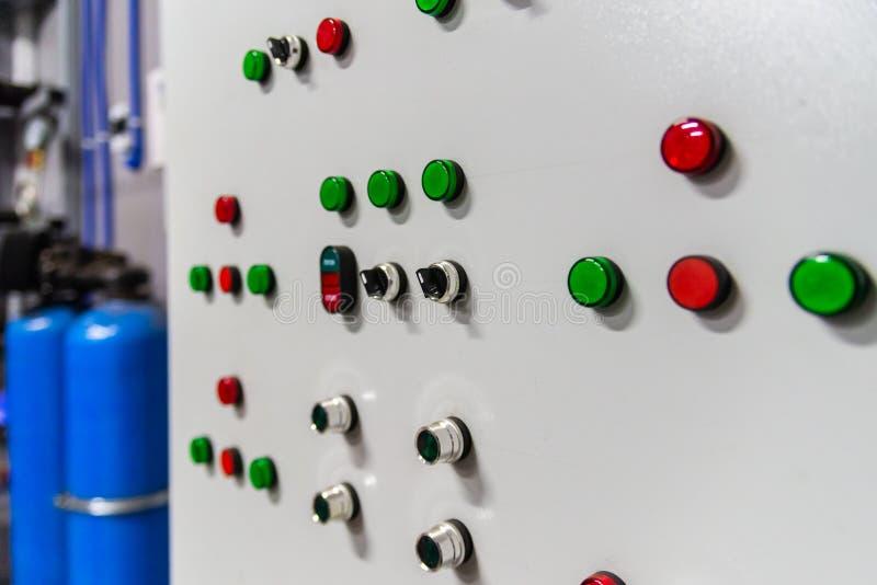 Industriell kontrollbord för fabrikskokkärlrum med knappar och signallampor arkivfoton