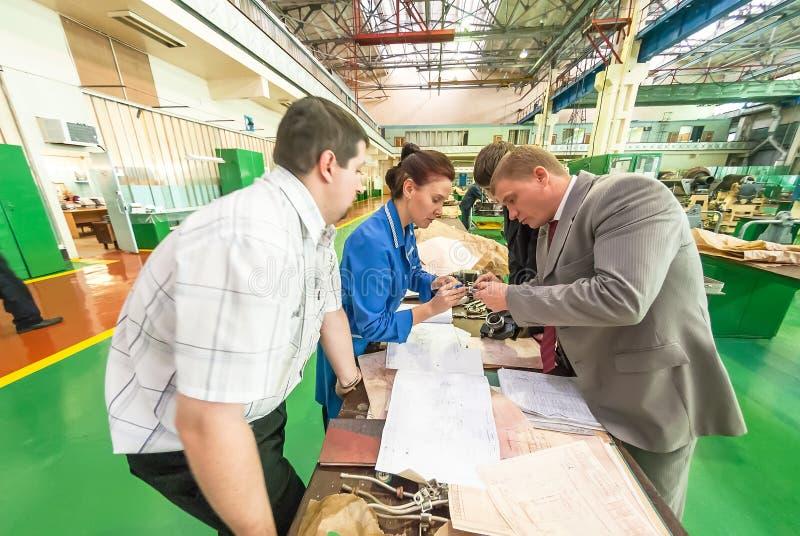 Industriell kvalitets- kontroll över fabriksbakgrund royaltyfri foto