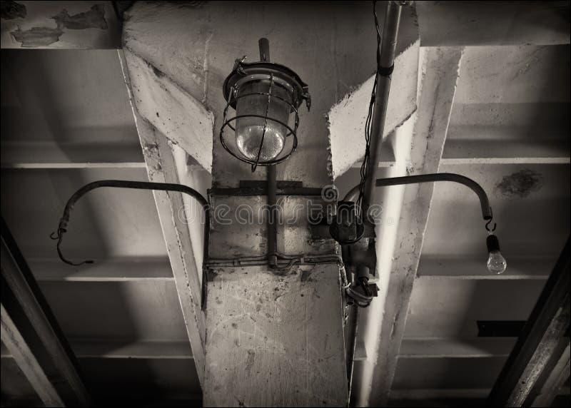 industriell lampa Taköverlappning svart white royaltyfri fotografi
