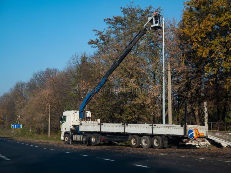 Industriell lastbil med lyftande infällbar service för mekanism royaltyfri bild