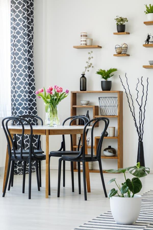 Industriell matsalinre med en tabell, svarta stolar, rosa färger arkivfoton