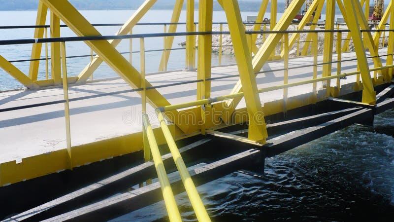 industriell Overground-Rohrleitung, die eine Brücke über das s führt stockfotografie