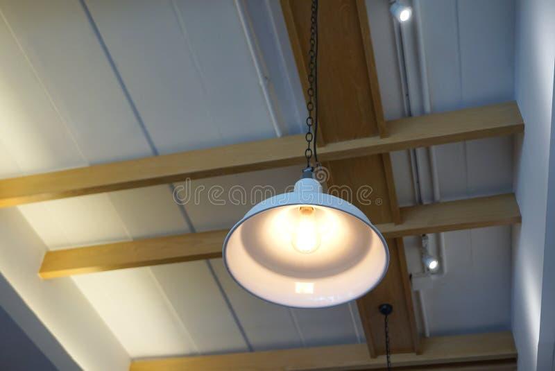 Industriell pandent lampa med skugga för vit metall med utsatt ceil arkivbild