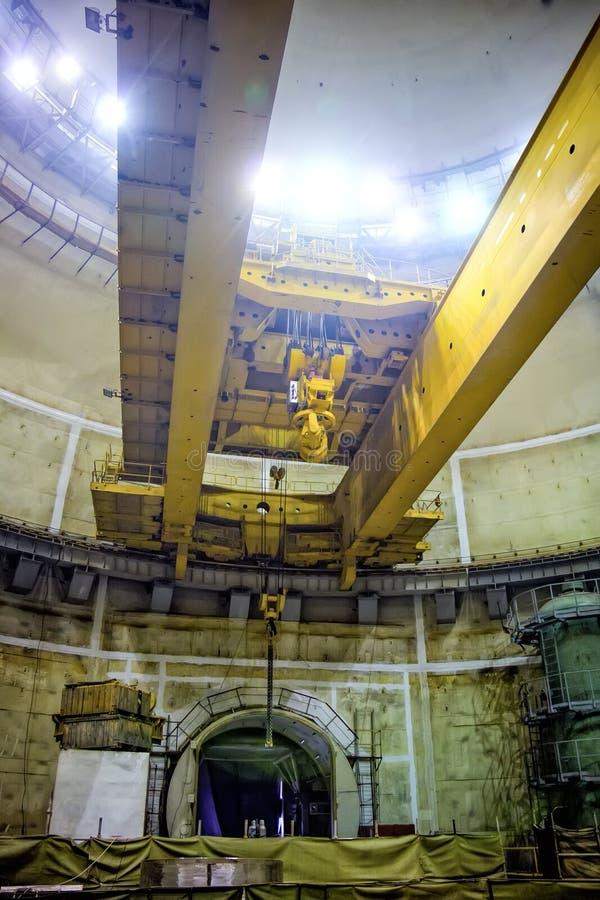 Industriell polar roterande kran av brotyp Konstruktion av kärnkraftverket royaltyfri bild