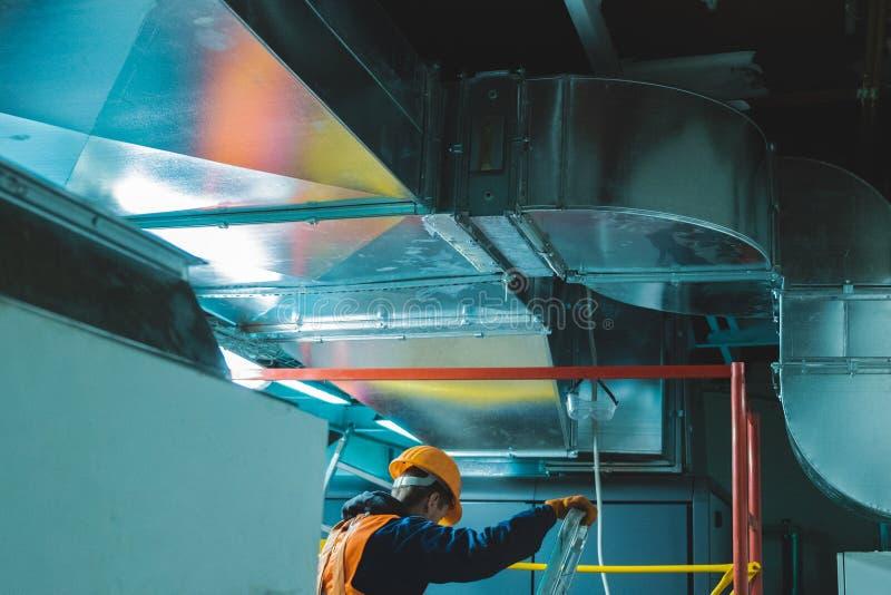 Industriell process för arbetare för hvac-reparationsinstallation arkivbild