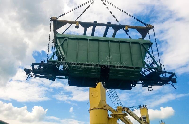 industriell seaport Rotationen av bilen med korn genom att använda ett torn royaltyfri foto