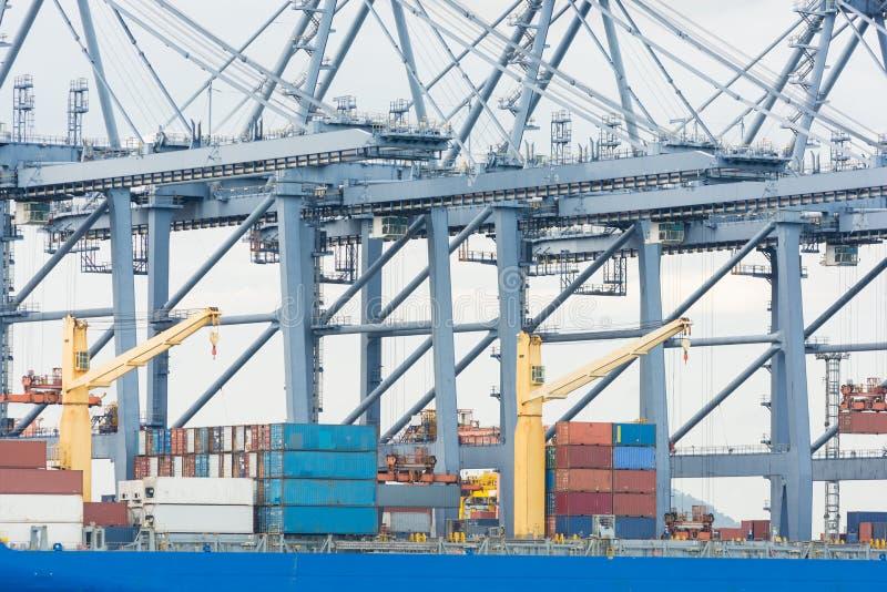 Industriell ship för behållarelastfraktar royaltyfria foton