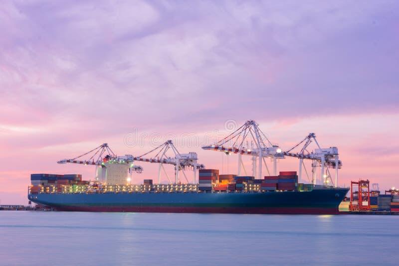 Industriell ship för behållarelastfraktar royaltyfria bilder