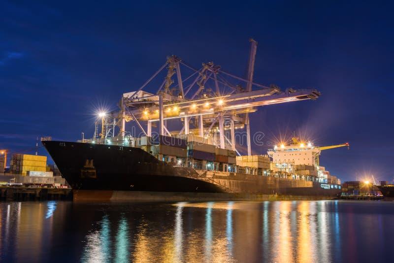 Industriell ship för behållarelastfraktar arkivbild