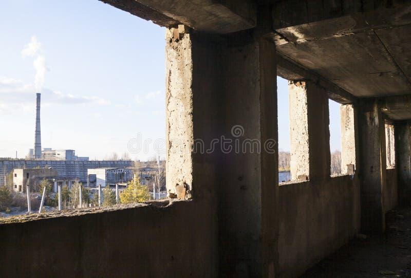 Industriell sikt från den övergav byggnaden royaltyfria foton