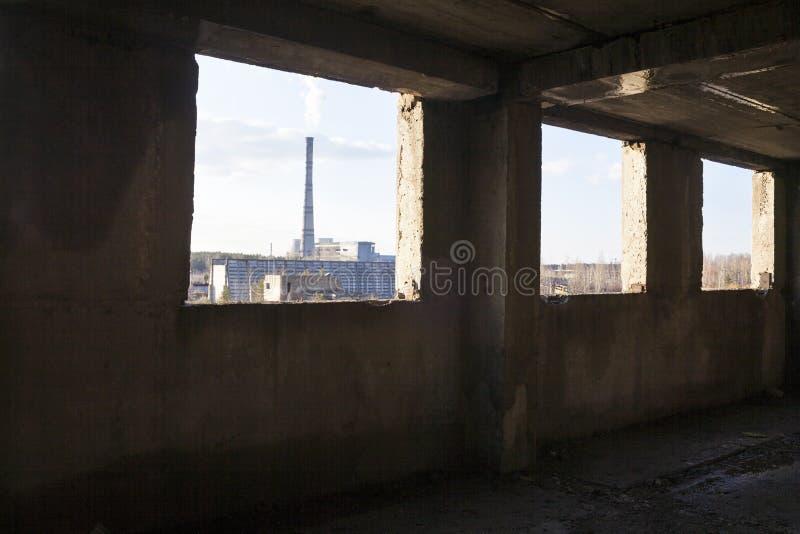 Industriell sikt från den övergav byggnaden royaltyfri fotografi
