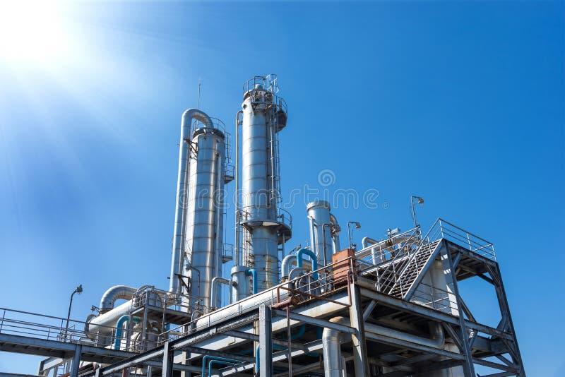 Industriell sikt på oljeraffinaderiväxten royaltyfria bilder