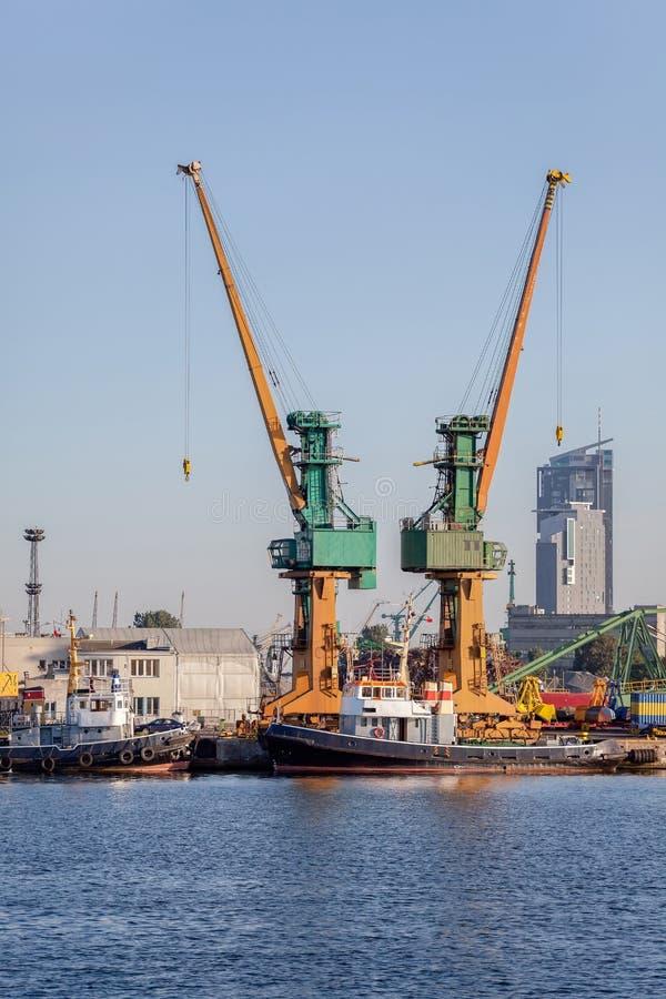 Industriell sikt - port av Gdynia, Polen royaltyfri foto