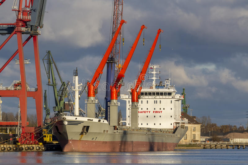 Industriell sikt - skeppet i port arkivfoton