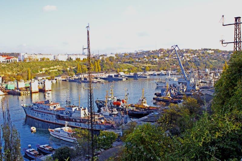 Industriell stad för hav på ett klart, höstdag, fjärden, var det finns gamla skepp arkivfoto