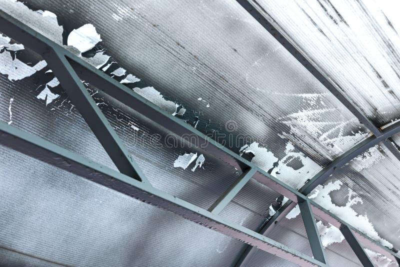 Industriell takstruktur med metallstrålar, nedersta sikt abstrakt bakgrund arkivfoto