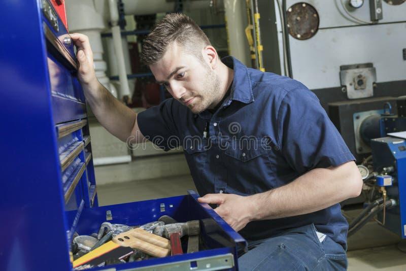 Industriell tekniker inom ett industriellt ställe royaltyfria foton