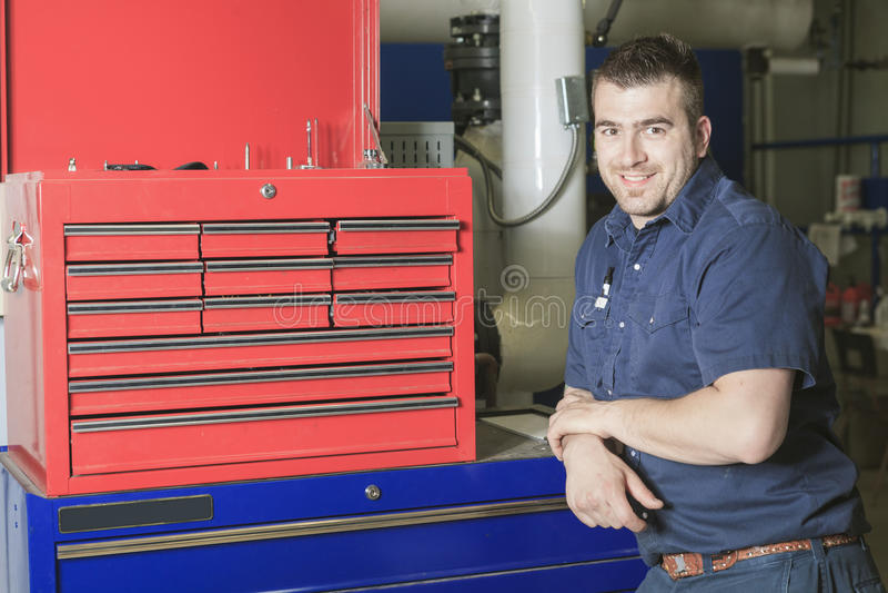 Industriell tekniker inom ett industriellt ställe royaltyfria bilder