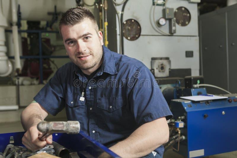 Industriell tekniker inom ett industriellt ställe royaltyfri fotografi