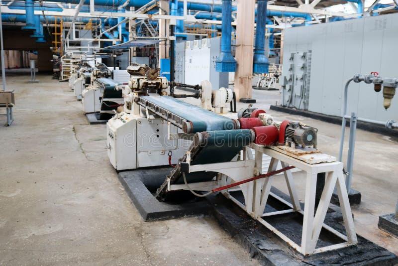 Industriell utrustning f?r h?rlig metall av en produktionslinje p? enbyggnad v?xt, en transport?r med maskinhj?lpmedel f?r produk arkivbild