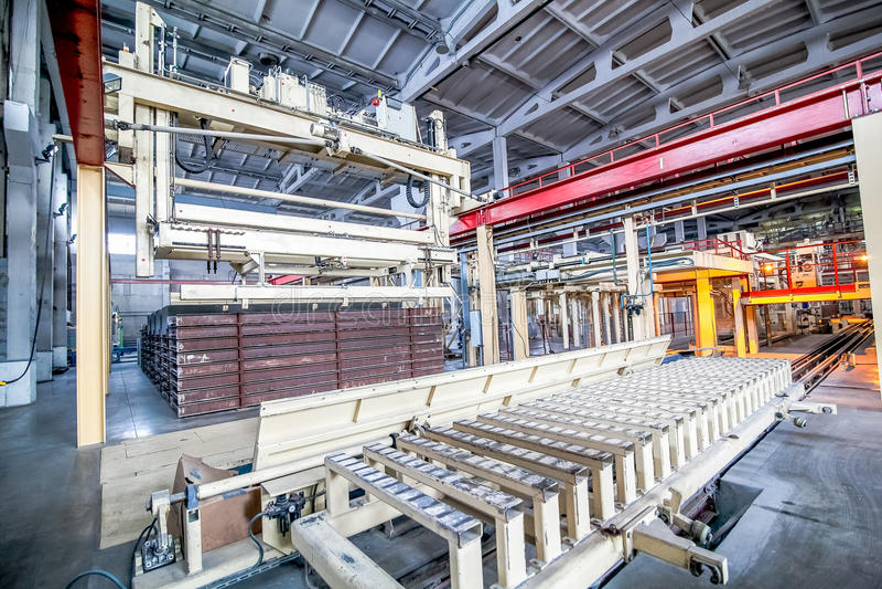 Industriell utrustning på fabriken i en stor produktionkorridor royaltyfri bild