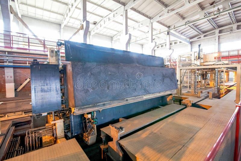 Industriell utrustning på fabriken i produktionkorridor royaltyfri fotografi
