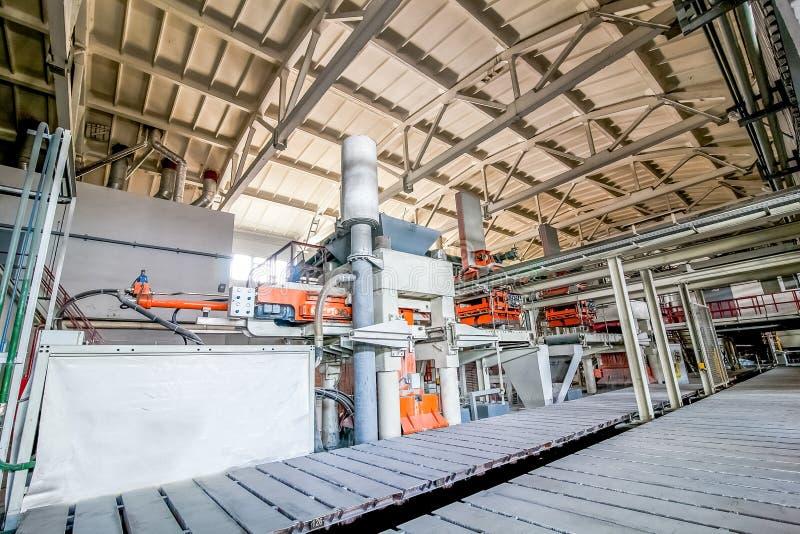 Industriell utrustning på fabriken i produktionkorridor fotografering för bildbyråer