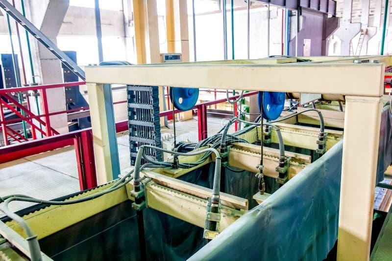 Industriell utrustning på fabriken i produktionkorridorslut upp royaltyfria foton