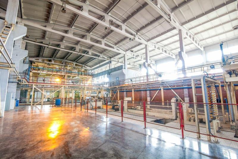 Industriell utrustning på fabriken i produktionkorridorslut upp arkivfoto