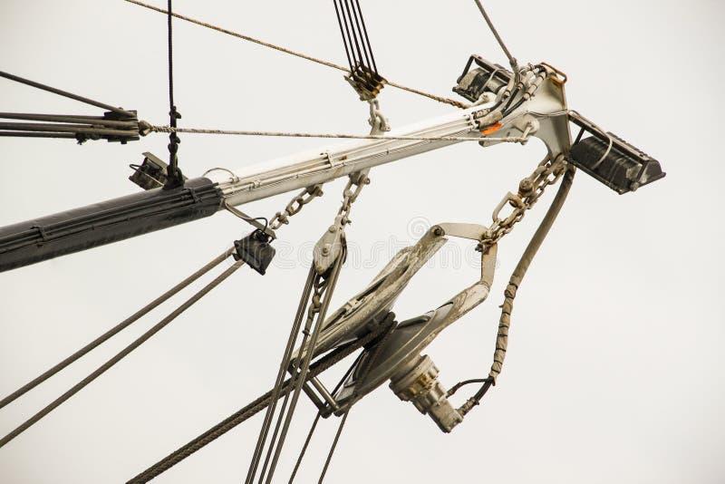 Industriell vit metall som fiskar kranen royaltyfri fotografi