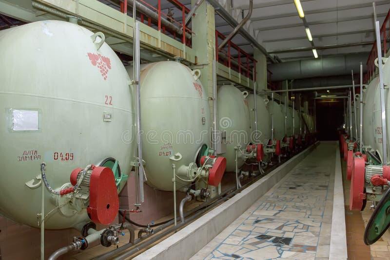 Industriella behållare för lagring och mognad av champagneviner royaltyfri foto