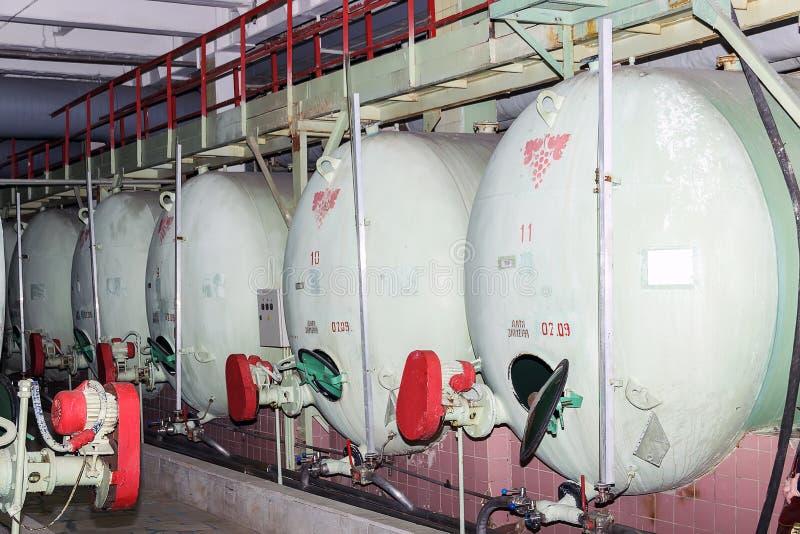 Industriella behållare för lagring och mognad av champagneviner royaltyfria foton