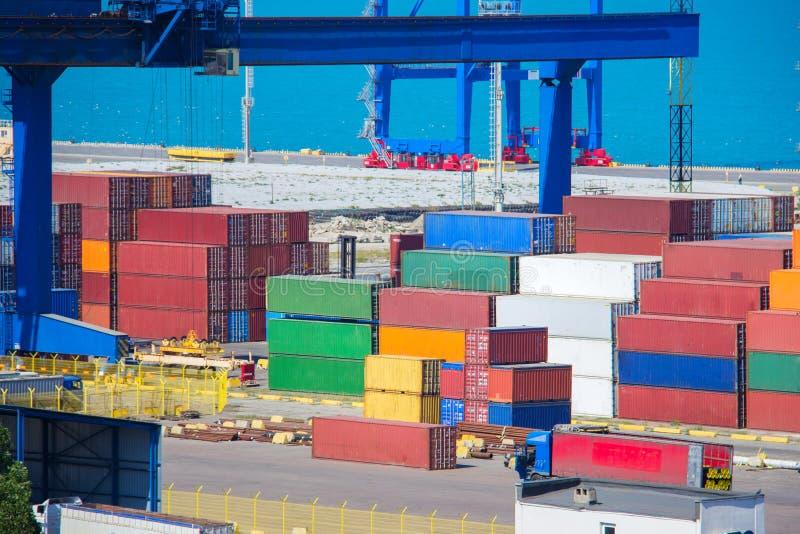 Industriella behållarelastfrakter sänder för logistiskt importexportbegrepp royaltyfri foto