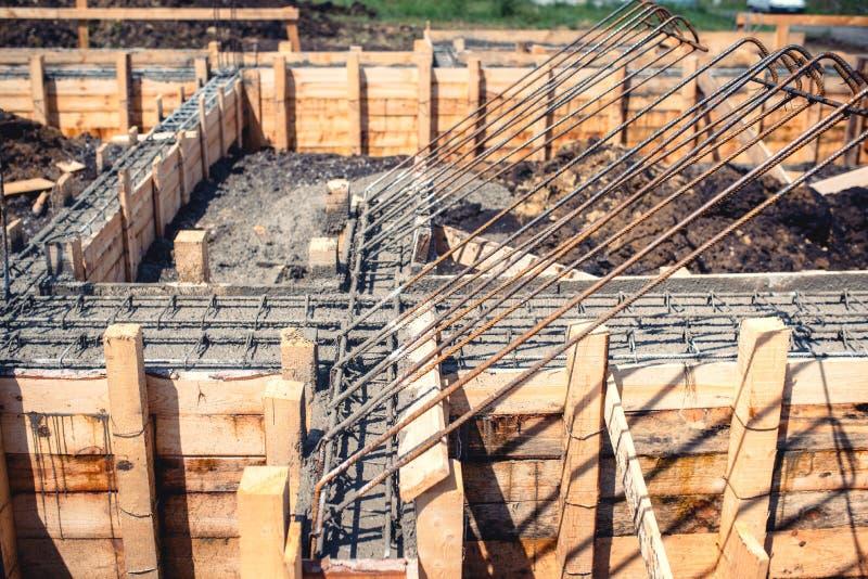 Industriella detaljer - konstruktionsplats av det nya huset som bygger Förstärkning för fundament-, cement- och stålstånginfrastr royaltyfri fotografi