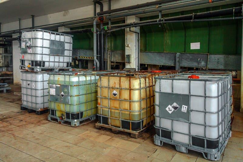 Industriella flytandebehållare arkivbild