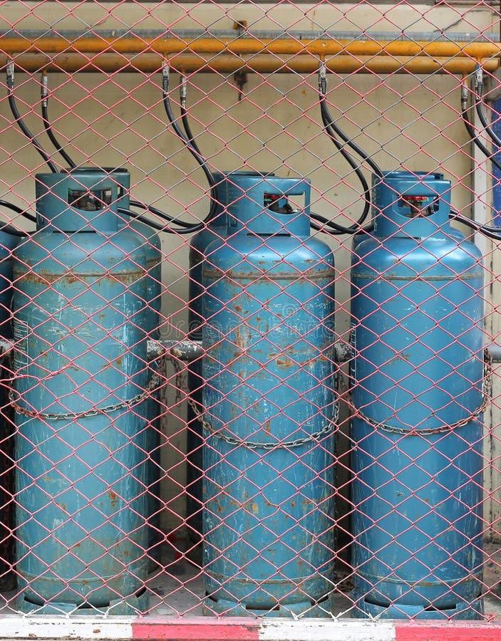 Industriella gasflaskor för att laga mat och att värma på det riktiga säkerhetsstället arkivfoton