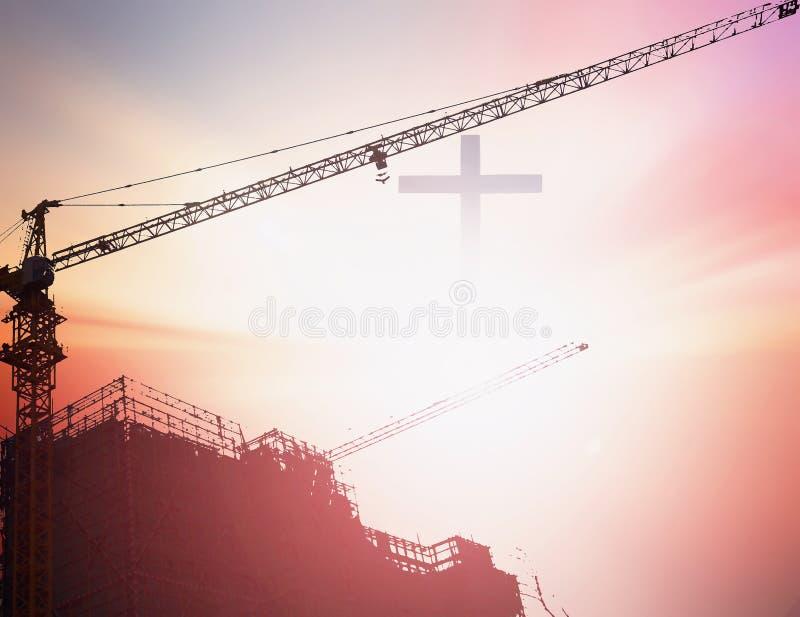 Industriella konstruktionskranar och byggnadssilhouettes över sunen på soluppgången arkivbilder