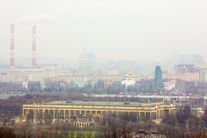 Industriella rör i Moskva royaltyfri foto