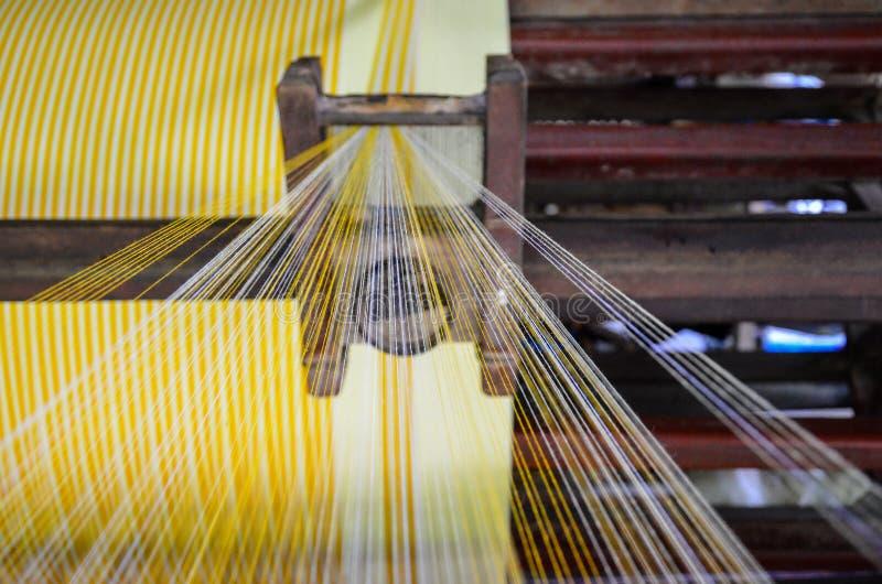 Industriella trådrullar för att väva arkivfoton