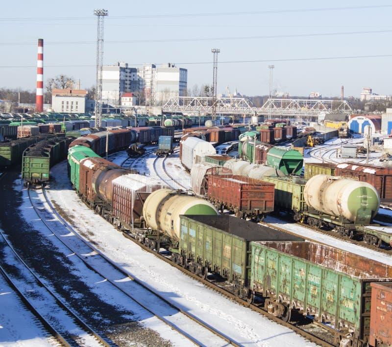 Industrielle Ansicht mit Los der Frachteisenbahn bildet Lastwagen aus lizenzfreie stockbilder