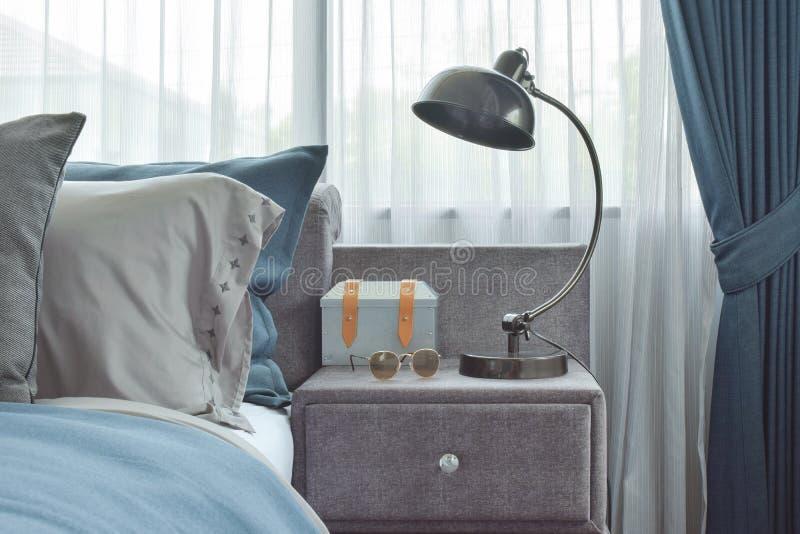 Industrielle ArtLeselampe nahe bei blauer Farbschemabettwäsche lizenzfreies stockfoto