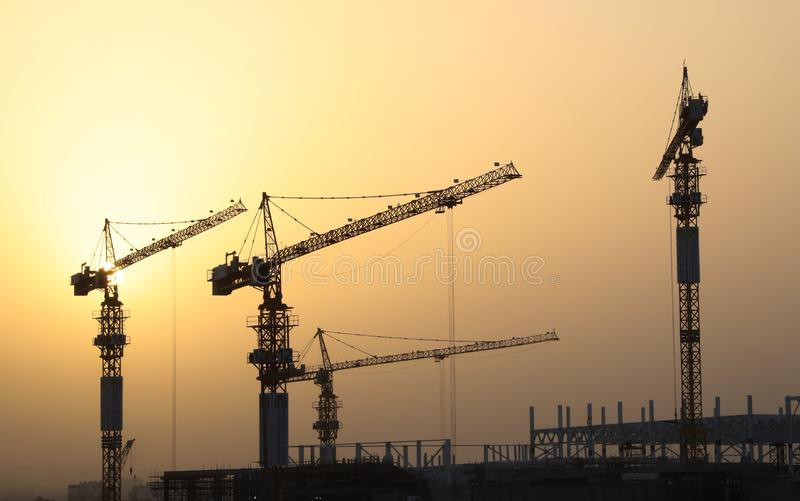 Industrielle Aufbaukräne und -gebäude lizenzfreie abbildung