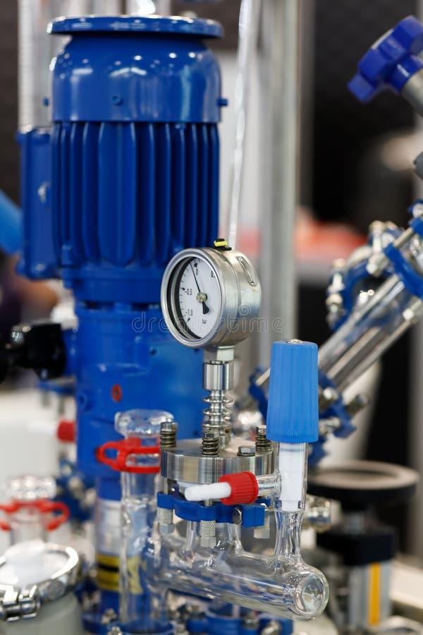 Industrielle chemische Ausrüstung mit Vakuummessgerät lizenzfreies stockbild