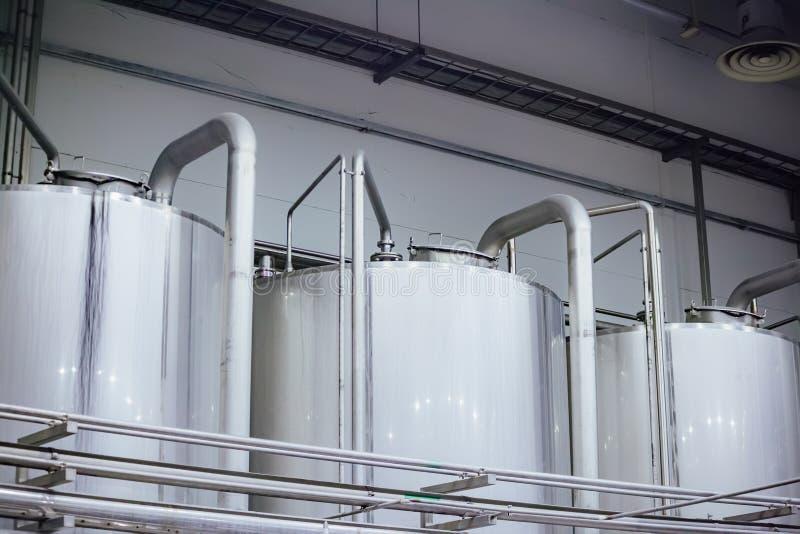 Industrielle Edelstahlgärungsbottiche in der modernen Brauerei lizenzfreie stockbilder