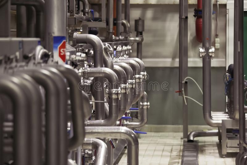 Industrielle Edelstahlrohre schlossen an Bottiche und an Regelventile an lizenzfreie stockfotos